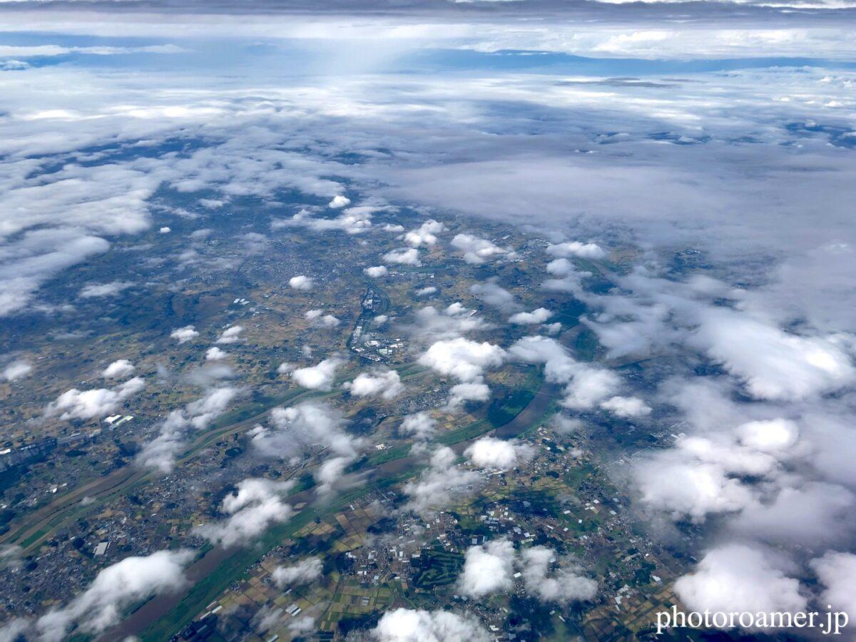 飛行機 地上 雲の隙間